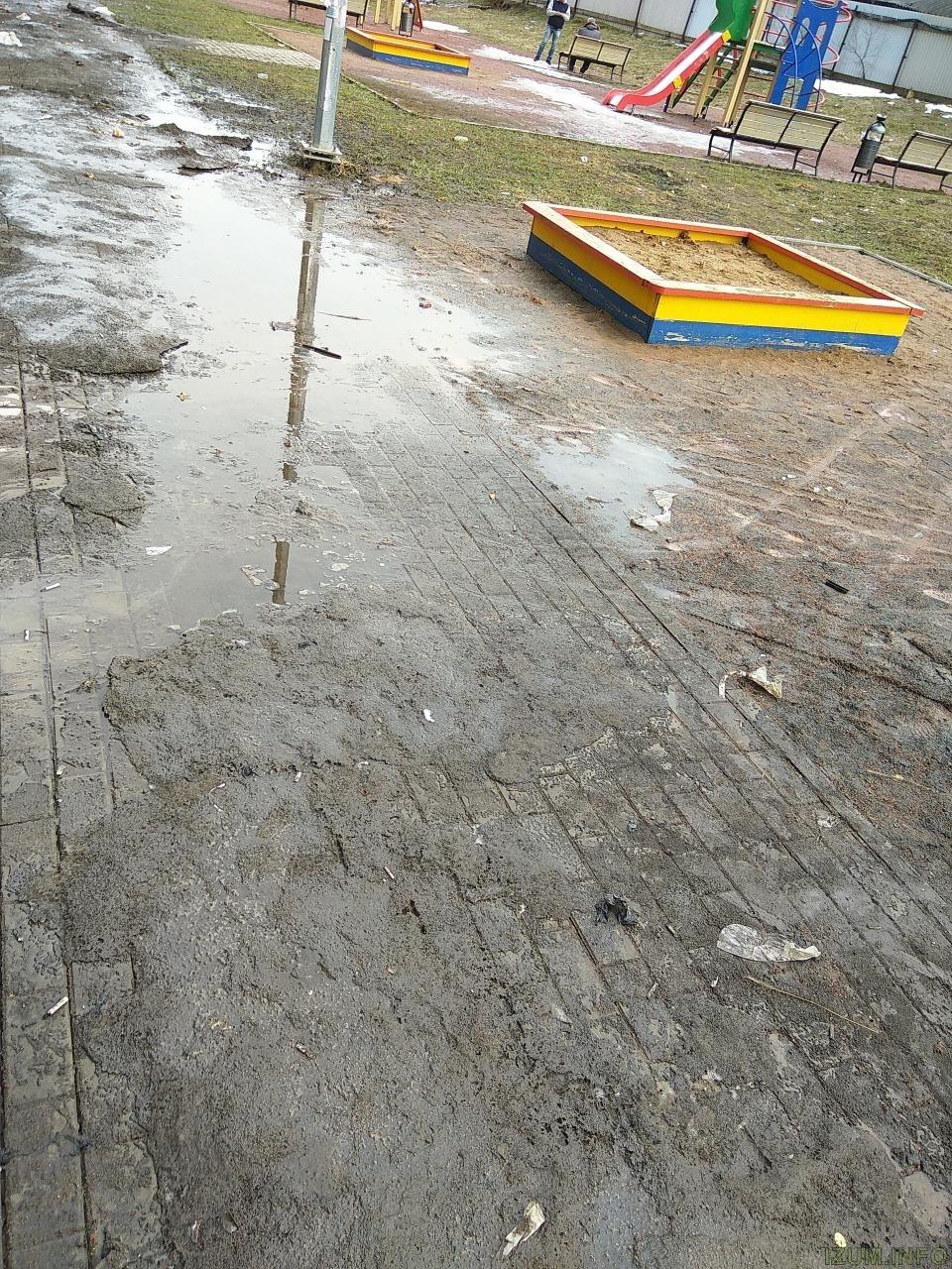 Тротуар у детской площадки 4 и 6 Космонавтов izum (2).jpg