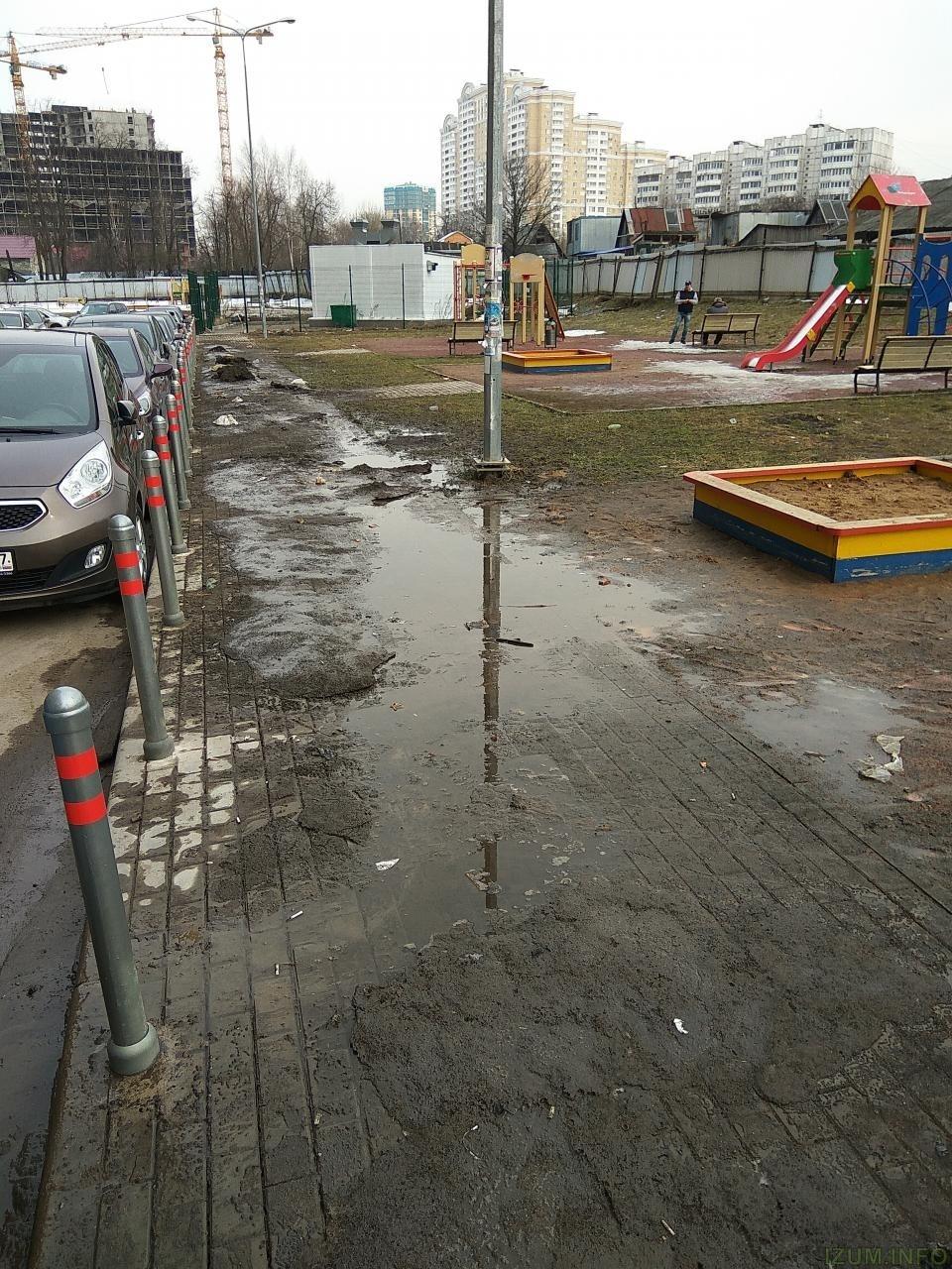 Тротуар у детской площадки 4 и 6 Космонавтов izum (3).jpg