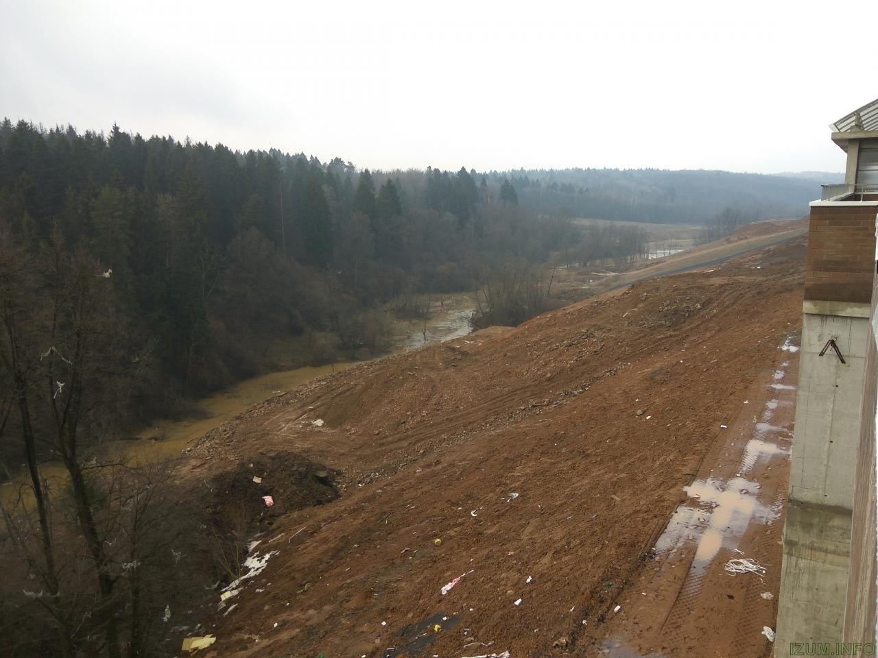 Берег речки банька в Изумрудных холмах за корпусом 15 (4).jpg