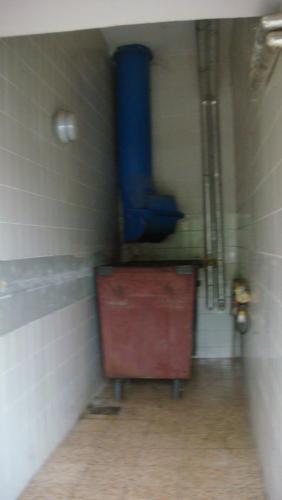 помещение , где стоит большое мусорное ведро..JPG