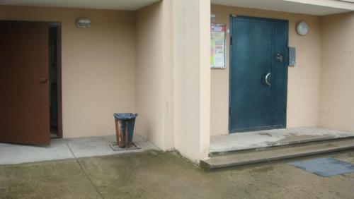 Вход в подъезд.(Дверь зелёная). .Дверь коричневая(помещение мусоропровода.JPG